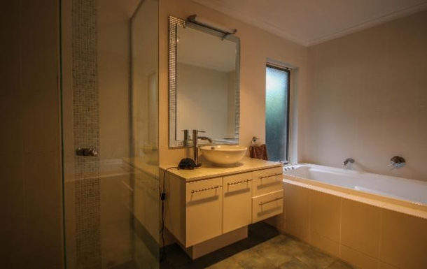 Home exchange in,Australia,LYNTON,Main bathroom with spa bath