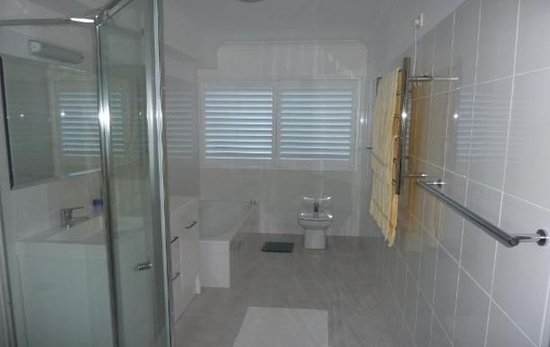 Home exchange in,Australia,LANE COVE,Bathroom - bath, separate shower recess.