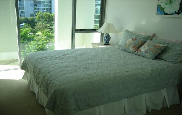 Home exchange in,Australia,PARADISE POINT,Guest bedroom. Queen bed