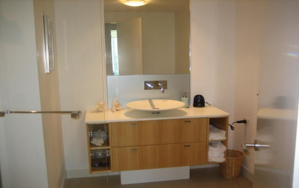 Home exchange in,Australia,PARADISE POINT,Guest bathroom, shower, toilet