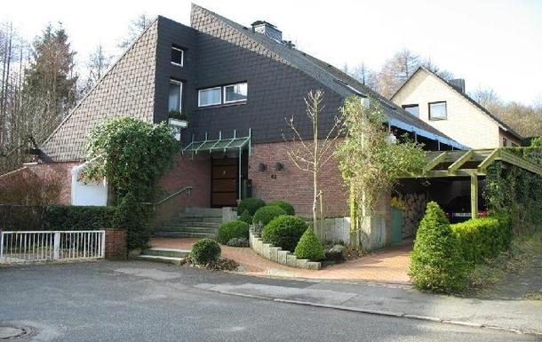 Home exchange in,Germany,Kiel,Blick von der Straße auf Haus und Carport
