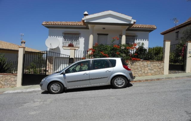 Picture of house and car (Renault Scenic)
