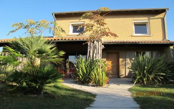 L'entrée de la maison, sa terrasse, son jardin