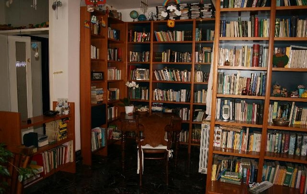 LIVING ROOM, BOOKS CORNER - in a different bookcas