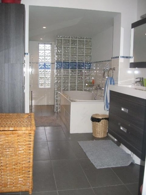 BoligBytte til,Netherlands,Amsterdam, 30m, S,Spacious bathroom with a walk-in shower and bath