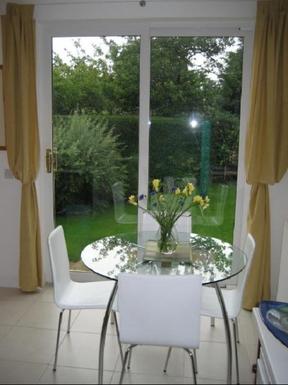 BoligBytte til,United Kingdom,Edinburgh,Kitchen table and view of back garden