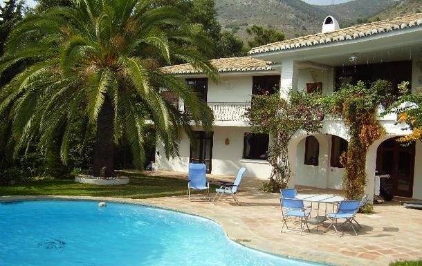 Large pool,roof terrace,spacious accomodation