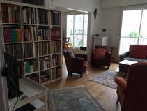 Home exchange in/France/Paris/living room with sofa 140