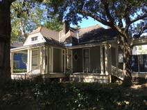 Kodinvaihdon maa/United States/New Orleans/The front of our house with rocking chairs...
