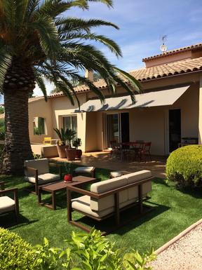 Terrasse sud à l'ombre du palmier