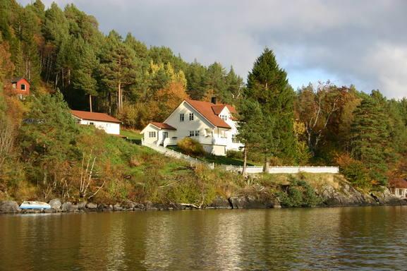 BoligBytte til Norge,Ålesund, Nordvestlandet,House including boathouse, next to a lake,Boligbytte billeder