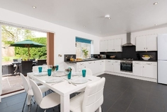 Kodinvaihdon maa/United Kingdom/Driffield/Kitchen, inside dining and outside dining space