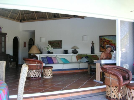 BoligBytte til,Mexico,Manzanillo,Outside view of livingroom with Bill playing piano