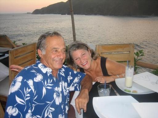 BoligBytte til,Mexico,Manzanillo,Bill and Susan enjoying a Pina Colada