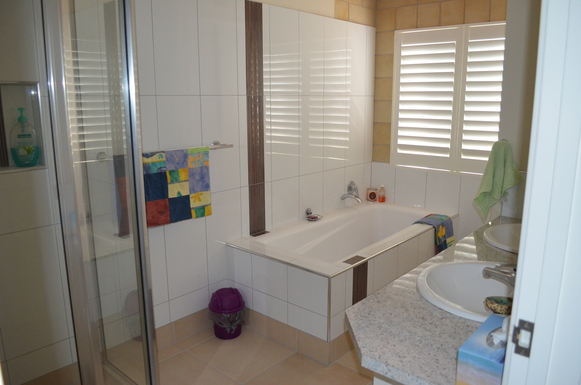 Home exchange in,Australia,ARMSTRONG BEACH,Main bathroom/shower/double sinks