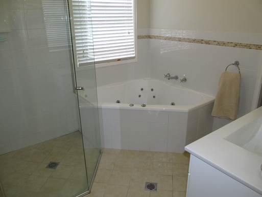 Home exchange in,Australia,GYMEA BAY,MIDDLE LEVEL BATHROOM (all toilets are separate)