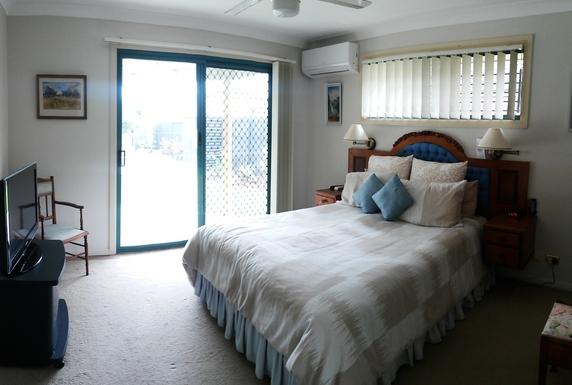 Home exchange in,Australia,HOPE ISLAND,Master bedroom, walk-through wardrobe & ensuite