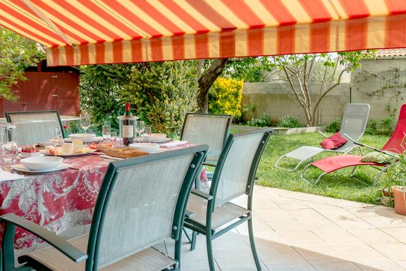 Terrasse ensoleillée et le jardin ombragé