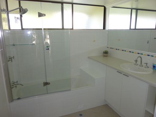 Home exchange in,Australia,Noosaville,Main bathroom, shower over bath; toilet separate