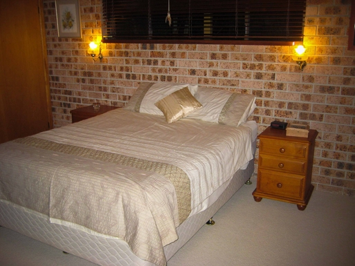 Home exchange in,Australia,Sandy Beach,Main bedroom with queen size bed and ensuite.