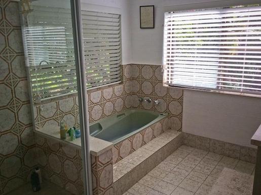 Home exchange in,Australia,Sandy Beach,Family bathroom. Shower and bath.