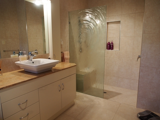 Home exchange in,Australia,Banksia Beach, Bribie Island,Bathroom with large shower and bath
