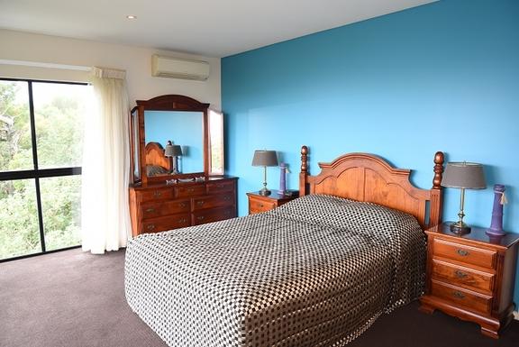 Home exchange in,Australia,Coolum Beach,Master bedroom -ensuite & walk-in-robe - 2nd level
