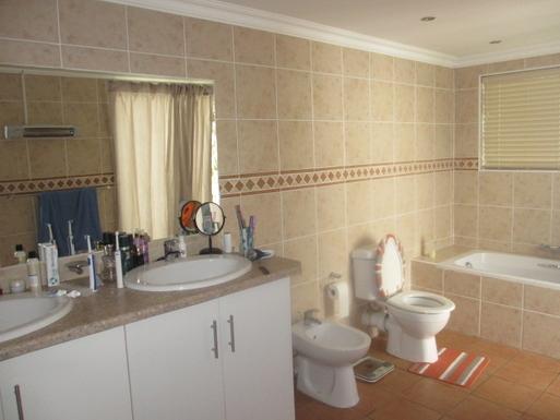 BoligBytte til,South Africa,Oudtshoorn,En suite twin sinks, walk in shower to left.