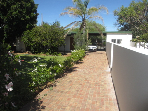 BoligBytte til,South Africa,Oudtshoorn,Drive and path from road to house. Gate is remote