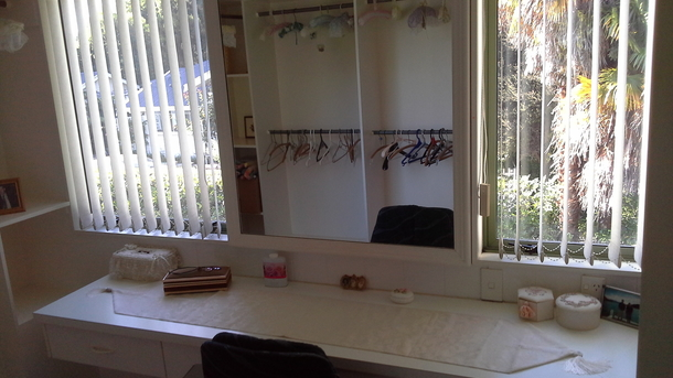 BoligBytte til,New Zealand,Blenheim,Hollywood lighted Mirrored powder room and walk in