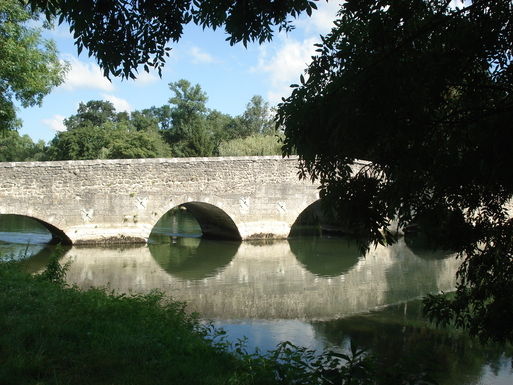 BoligBytte til,France,Angouleme, km, 0,river Charente and a Roman bridge