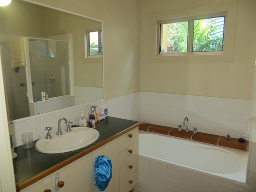 Home exchange in,Australia,Sunshine Beach,Bathroom with bathtub, toilet and shower