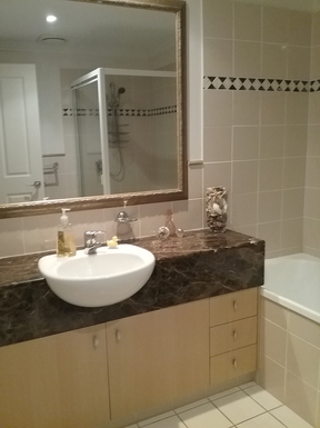 Home exchange in,Australia,RUNAWAY BAY,Main bathroom with bath and separate shower