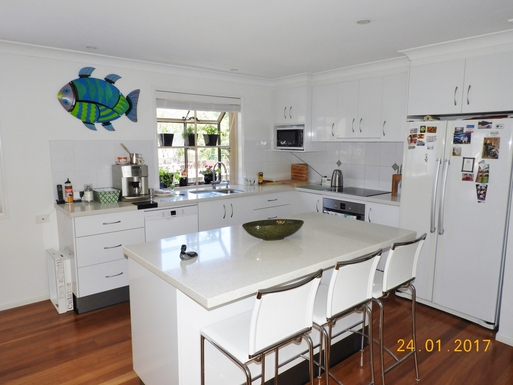 Home exchange in,Australia,Margate,Kitchen with induction stovetop, oven, microwave.