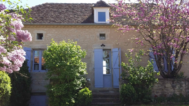 BoligBytte til,France,Rocamadour,Front of 18th-century stone house, lilacs in bloom