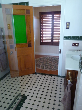 Home exchange in,Australia,Tamborine Mountain,Family bathroom outside Bedroom 2