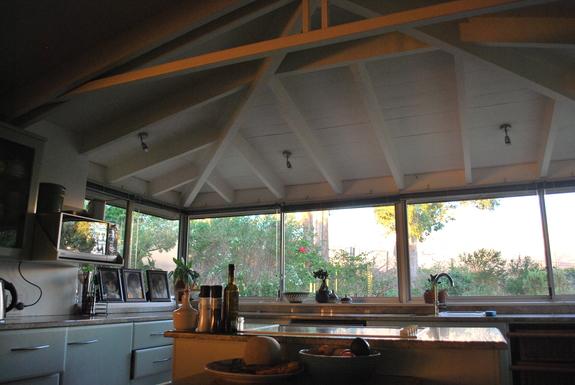 BoligBytte til,South Africa,Somerset West,Kitchen with outlook over Helderberg Reserve.