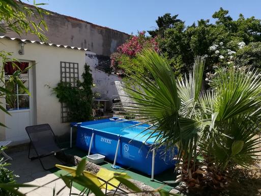 Le jardin avec piscine.