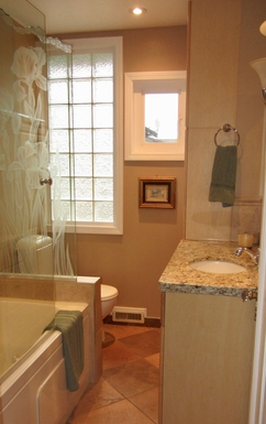 Home exchange in,Canada,Vancouver,Updated bathroom with shower & tub.