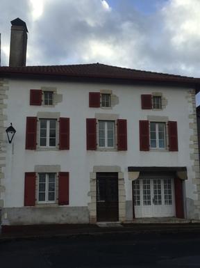 La maison située au bourg, sur la place de Bardos
