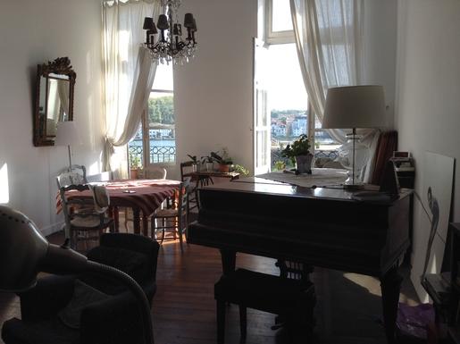 Séjour avec mezzanine , vue sur l'Adour, piano.