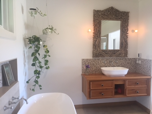 Home exchange in,Australia,Bellingen,master bedroom ensuite shower/bath/toilet
