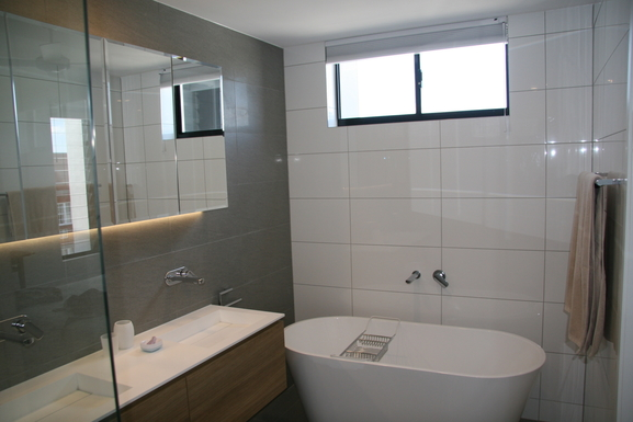 Home exchange in,Australia,Teneriffe,Ensuite with shower and bath.
