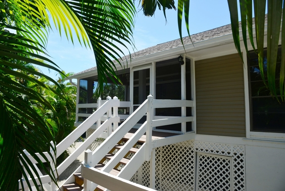 Huizenruil in ,United States,Sanibel,Front entrance to large, screened porch