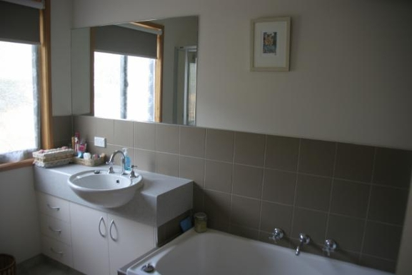 Home exchange in,Australia,BRIGHT,inside the spare Bathroom (bath/shower included)