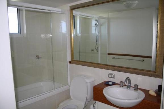 Home exchange in,Australia,NORTH BURLEIGH,Main bathroom with bath.