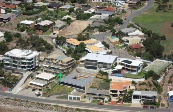 BoligBytte til,Australia,Adelaide,Location arrowed.Garage at bottom. External steps