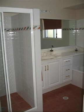Home exchange in,Australia,BRIDGEMAN DOWNS,Main bathroom has full bath and walk-in shower