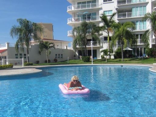 BoligBytte til,Mexico,Mazatlan,Our pool, with the condo building  and palm trees