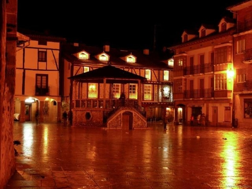 BoligBytte til,Spain,Ezcaray,Main square at night